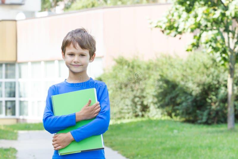Petit garçon tenant le livre dehors photographie stock libre de droits