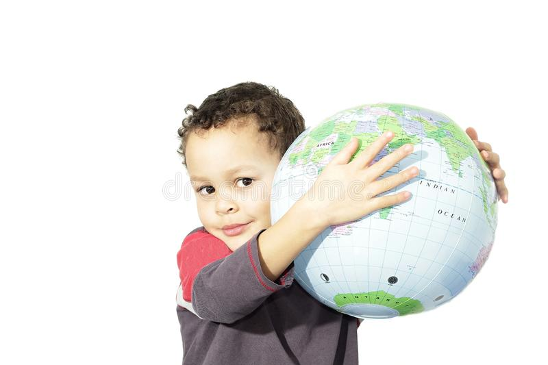 Petit garçon tenant un globe photo libre de droits