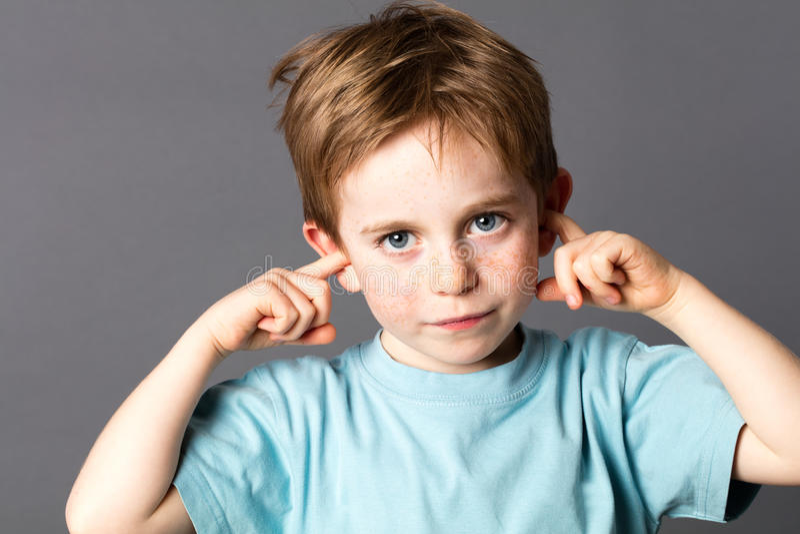 Petit garçon triste ne voulant pas écouter la violence familiale images libres de droits