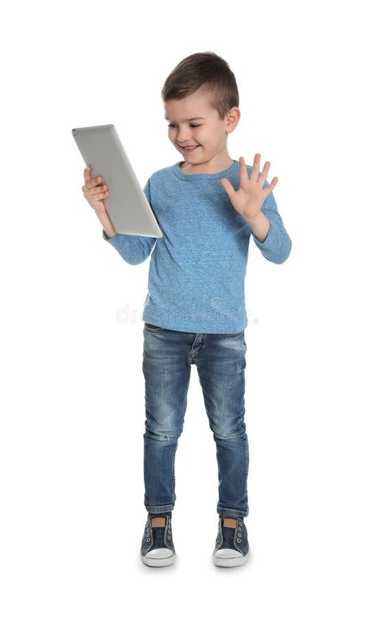 Petit garçon utilisant la causerie visuelle sur le comprimé photos libres de droits