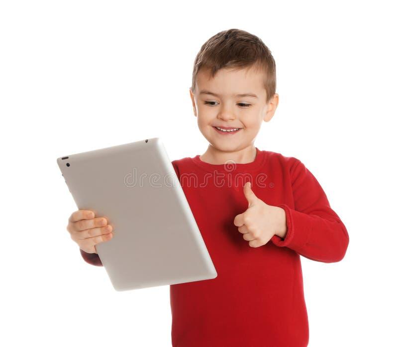 Petit garçon utilisant la causerie visuelle sur le comprimé photo libre de droits