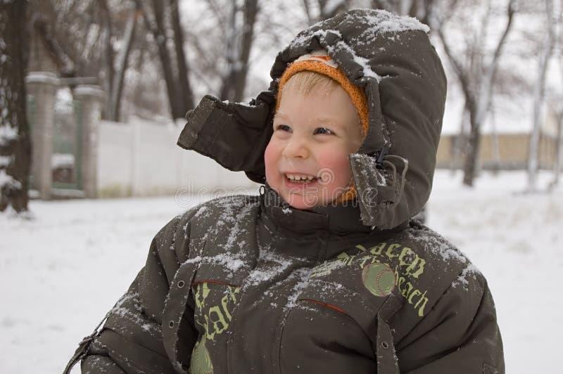 Petit garçon vermeil-fait face de sourire images stock