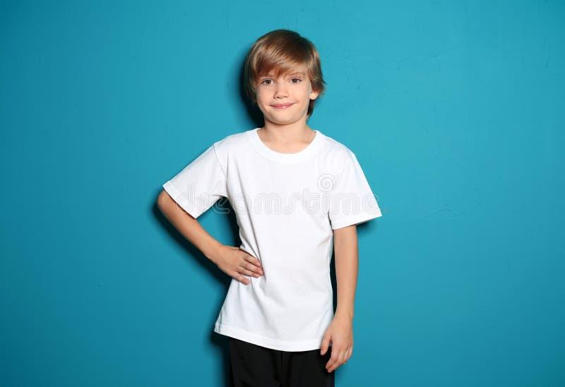 Petit gar?on dans le T-shirt sur le fond de couleur photos libres de droits