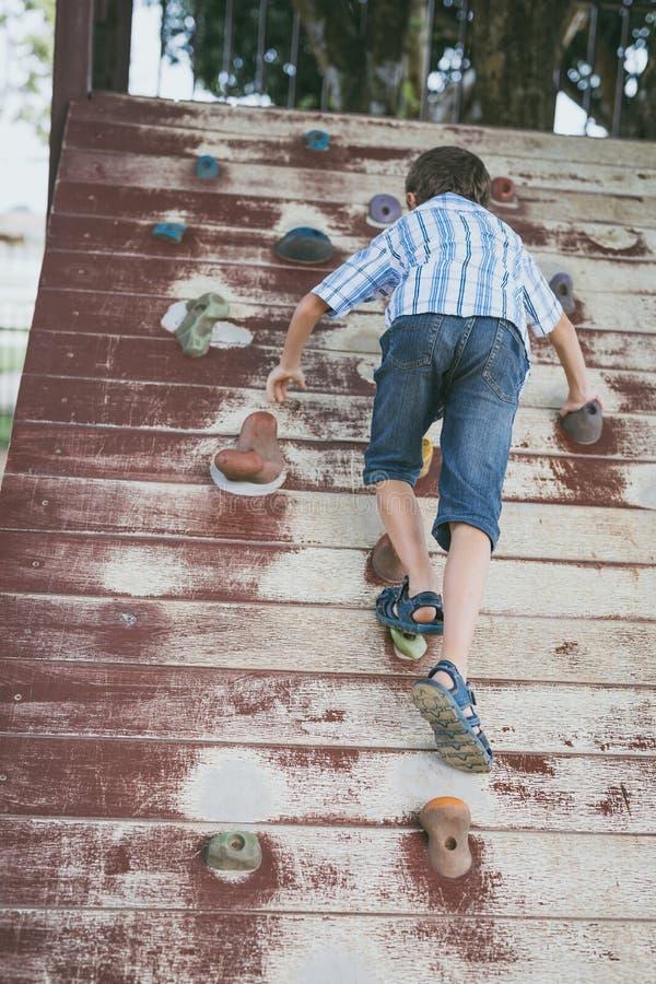 Petit gar?on escaladant un mur de roche ext?rieur photos libres de droits