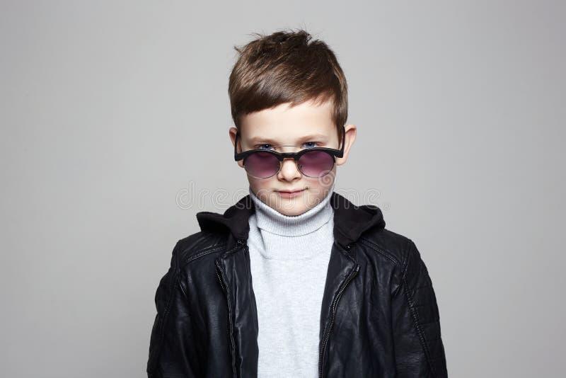 Petit gar?on ? la mode dans des lunettes de soleil gosse ?l?gant photos stock