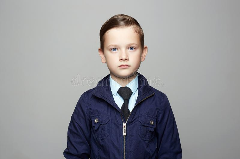Petit gar?on ? la mode dans le costume Portrait d'enfant de mode photos stock