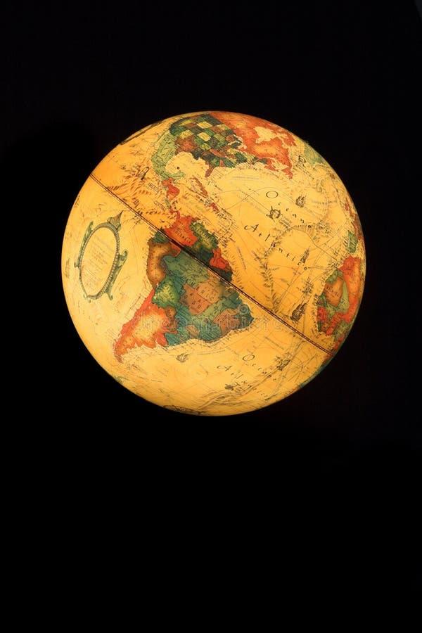 Petit globe sur un fond noir image libre de droits