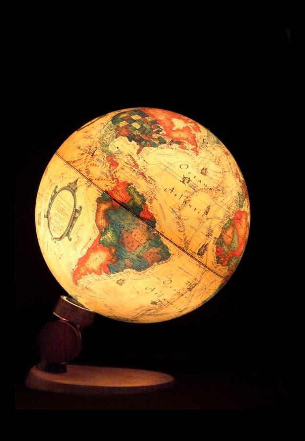 Petit globe sur un fond noir photographie stock libre de droits