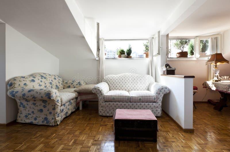 Petit grenier meublé, salle de séjour photo libre de droits