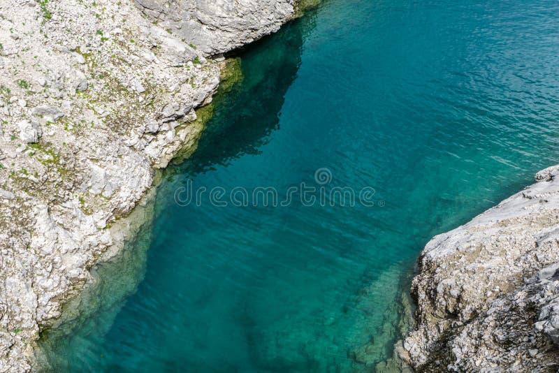 Petit groupe d'un lac de montagne de turquoise images libres de droits