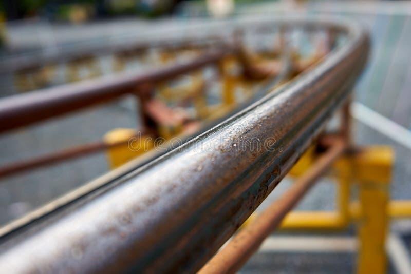 Petit groupe d'un sinueux et Rusty Roller Coaster Rail photographie stock