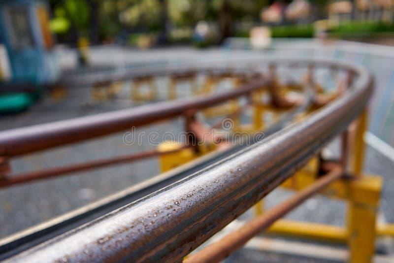 Petit groupe d'un sinueux et Rusty Roller Coaster Rail image libre de droits