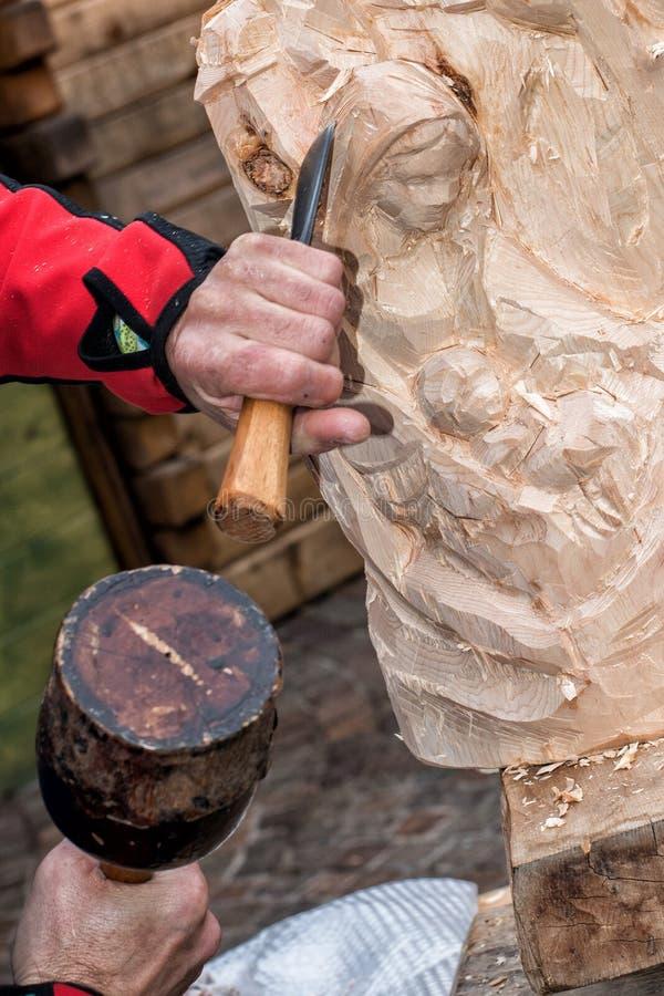 Petit groupe de sculpteur tout en découpant le bois photos libres de droits