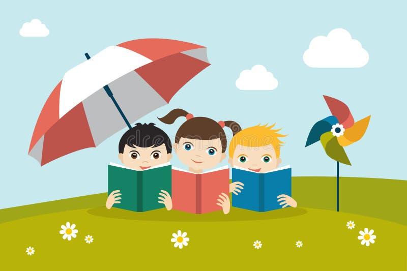 Petit groupe mignon de trois enfants lisant des livres se reposant sur l'herbe sous le parapluie de soleil illustration stock