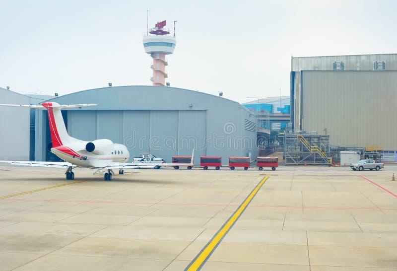 Petit hangar d'aéroport de hangar d'avion images stock