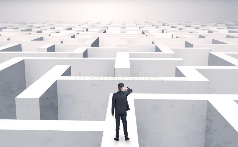 Petit homme d'affaires à un milieu d'un labyrinthe photos stock