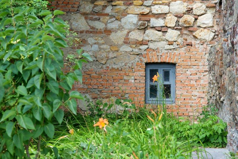 Petit hublot dans le mur de briques photos libres de droits