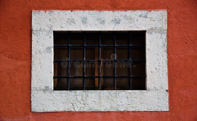 Petit hublot sur le mur rouge image libre de droits