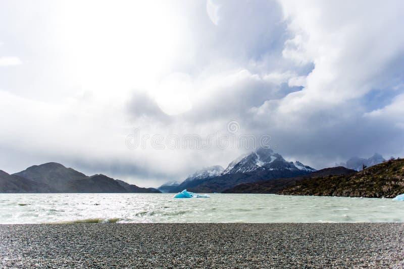 Petit iceberg flottant pendant la marée basse en glacier gris, belle gamme de montagne avec la neige à l'arrière-plan Torres del  images stock