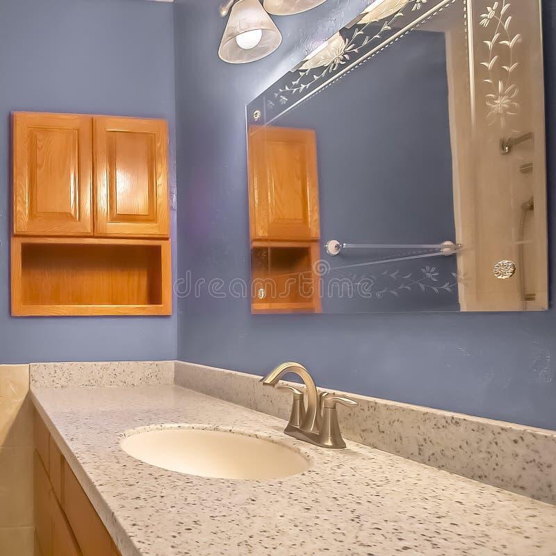 Petit intérieur de salle de bains de place avec le secteur de vanité à côté de la toilette et de la baignoire photos libres de droits