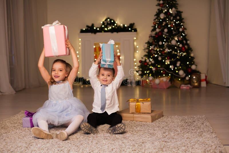 Petit la célébration de famille ouverte de réveillon de la Saint Sylvestre d'arbre de Noël de cadeaux de Noël de garçon et de fil image libre de droits