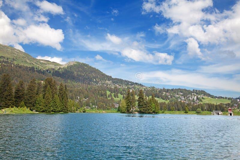Petit lac alpestre image stock