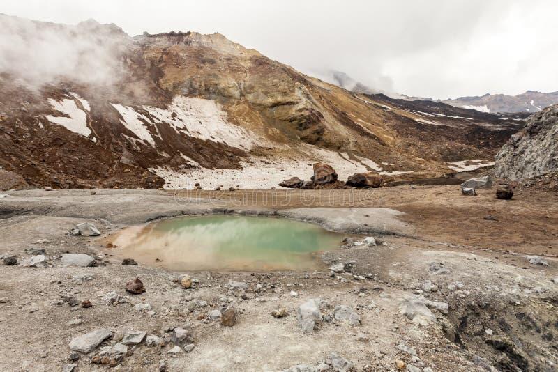 Petit lac dans la caldeira du volcan Mutnovsky, p?ninsule de Kamchatka, Russie photo stock