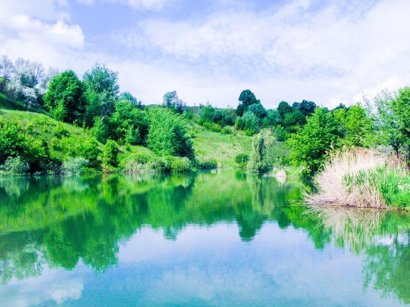 Petit lac de calme de mai photographie stock libre de droits