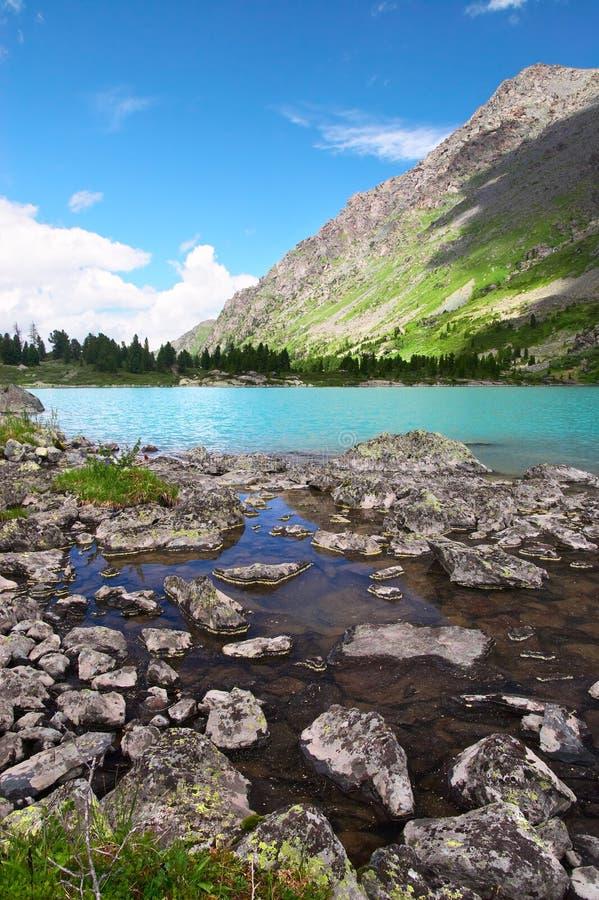 Petit lac et montagnes. photo stock