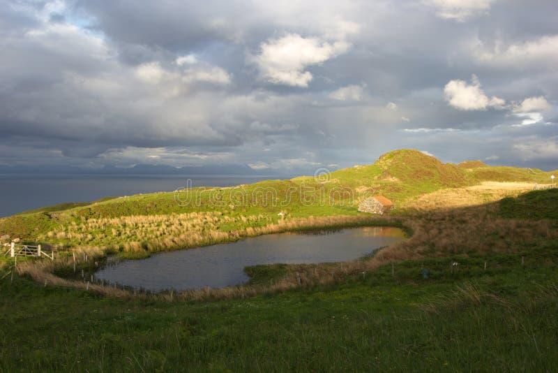 Petit lac près de la mer le soir image libre de droits