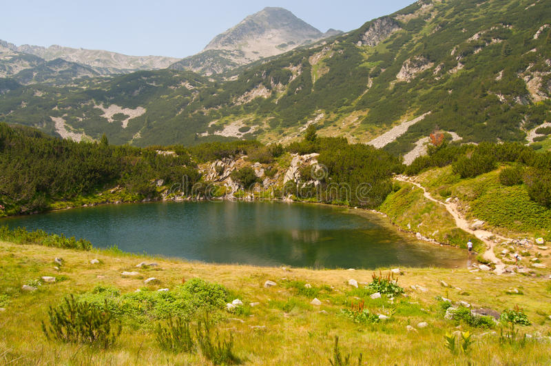 Petit lac sur la montagne de Pirin image stock