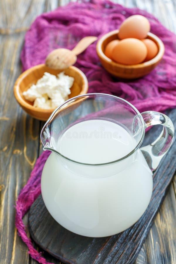 Petit lait fait maison dans un pot en verre image libre de droits