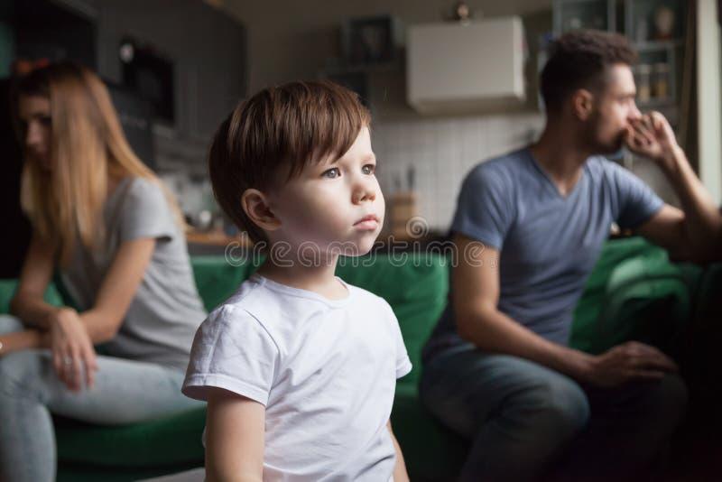 Petit le garçon bouleversé et frustrant fatigué des parents combattent image libre de droits
