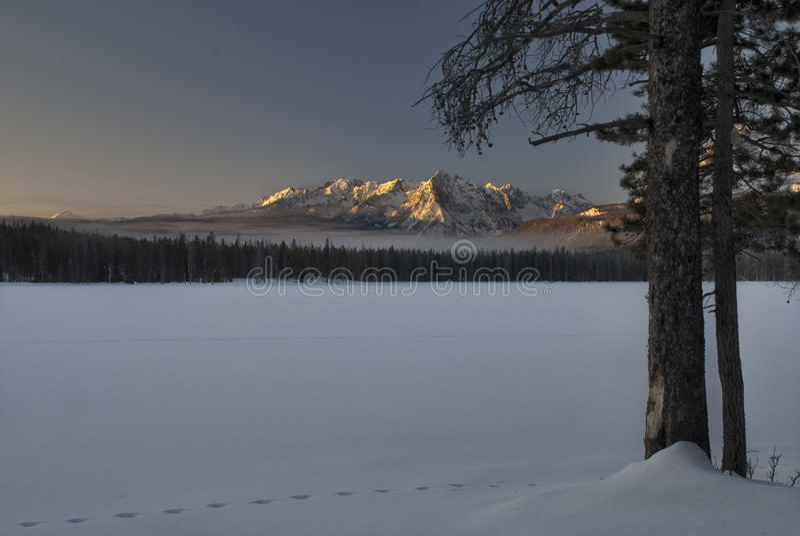 Petit lever de soleil de l'hiver de lac redfish image libre de droits