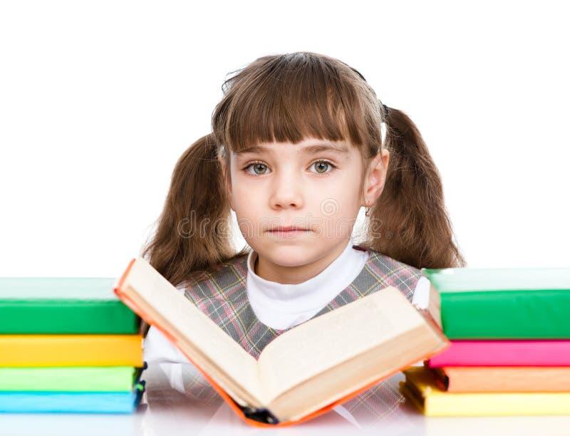Petit livre de lecture de fille D'isolement sur le fond blanc image stock