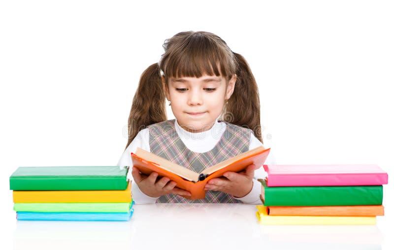 Petit livre de lecture de fille D'isolement sur le fond blanc image libre de droits