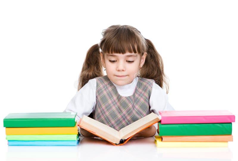 Petit livre de lecture de fille D'isolement sur le fond blanc photo stock