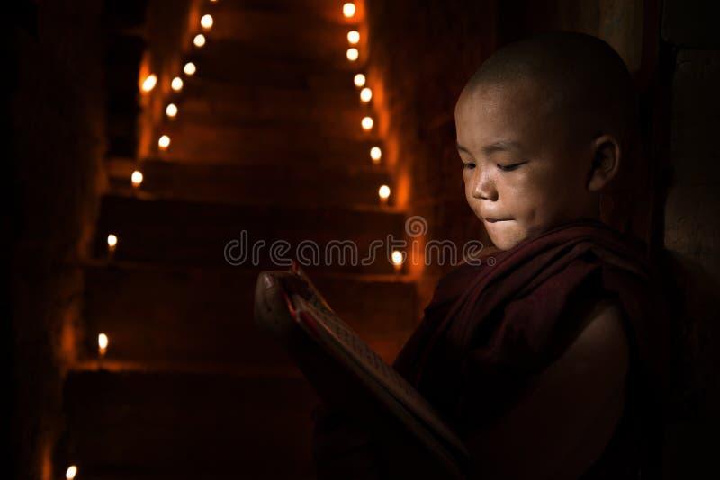 Petit livre de lecture de moine images libres de droits