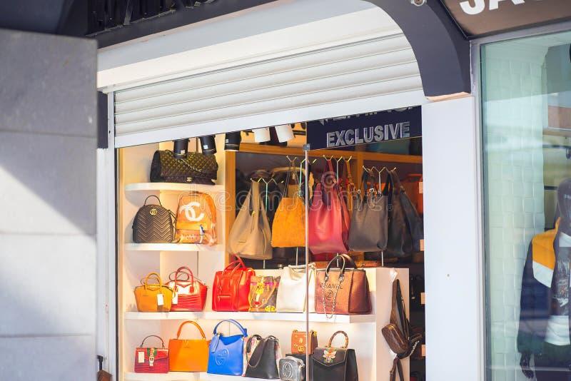 Petit magasin de rue avec des sacs en Turquie, une exclusivité photographie stock