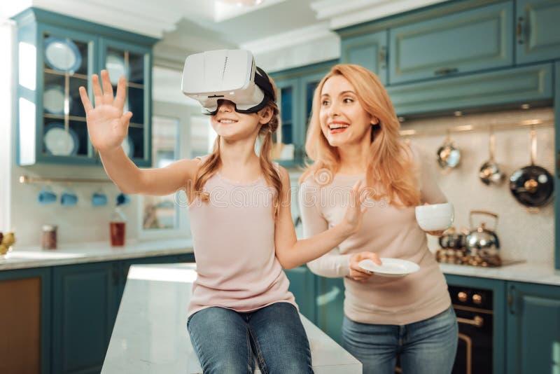 Petit masque femelle heureux d'essai pour la vision virtuelle photographie stock libre de droits