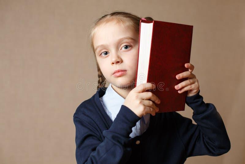 Petit mignon avec le livre photo libre de droits