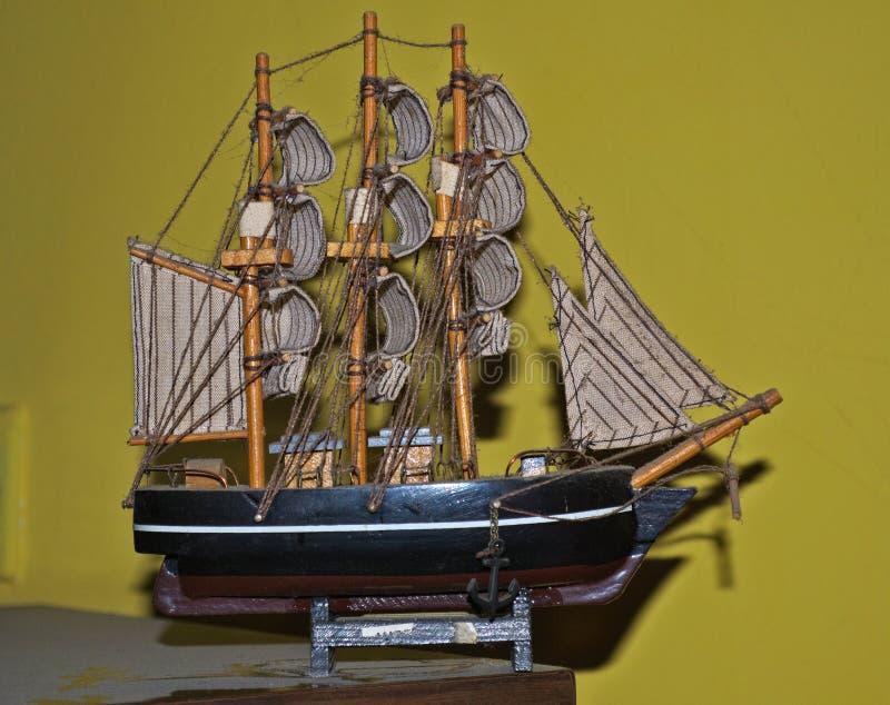 Petit modèle de bateau de navigation sur la table sale photographie stock libre de droits