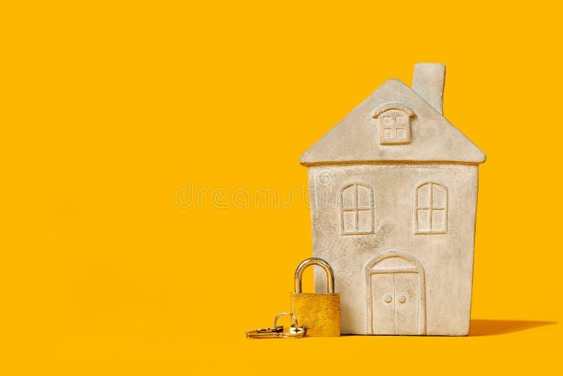 Petit modèle de maison avec la serrure photo stock