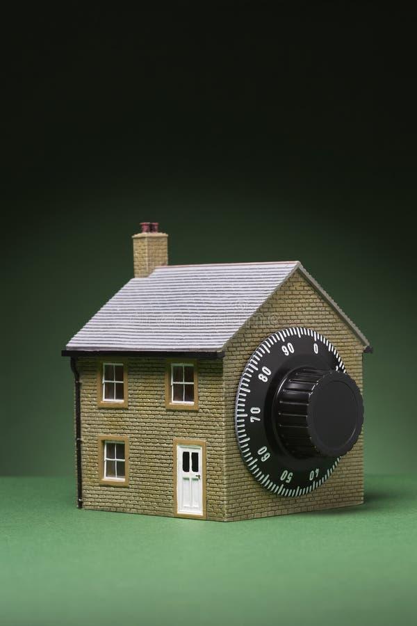 Petit modèle de maison avec la serrure de combinaison images libres de droits