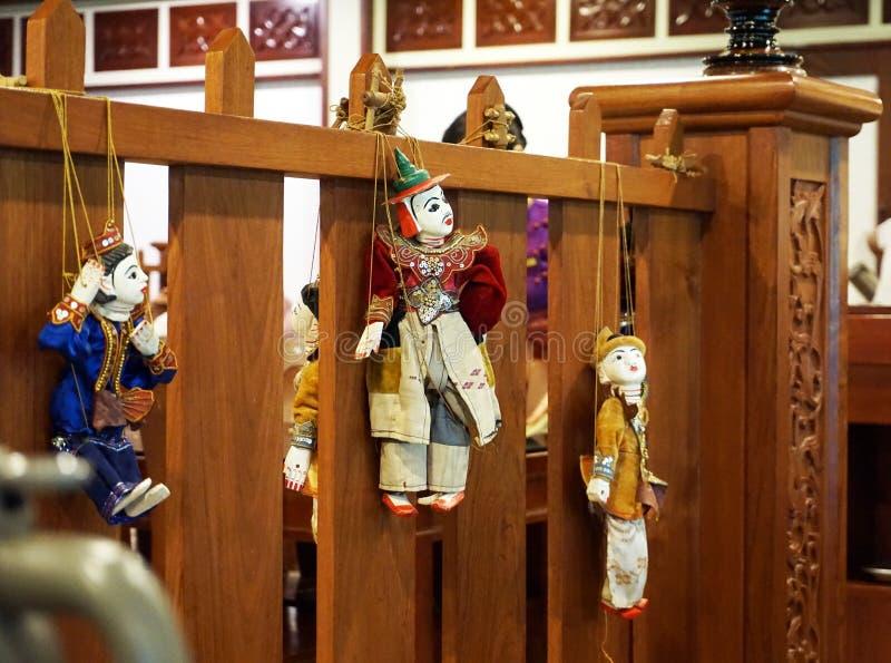 Petit moine birman avec les poupées traditionnelles image libre de droits
