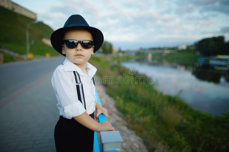 Petit monsieur avec des lunettes de soleil dehors image libre de droits