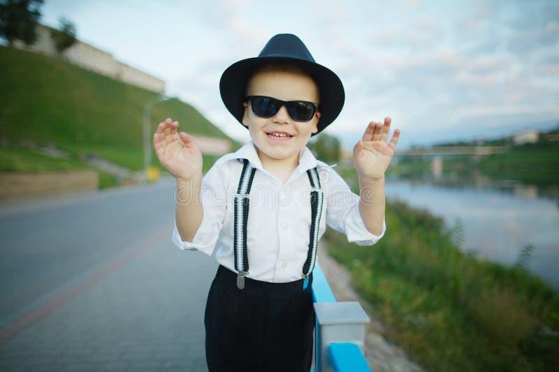 Petit monsieur avec des lunettes de soleil dehors photographie stock libre de droits