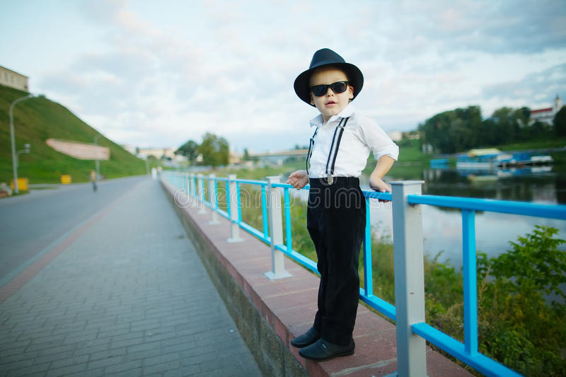 Petit monsieur avec des lunettes de soleil dehors photo stock