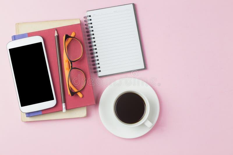 Petit morceau de couverture de carnet de calculatrice rouge de téléphone portable et de café noir photo libre de droits