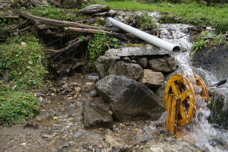 Petit moulin à eau images libres de droits